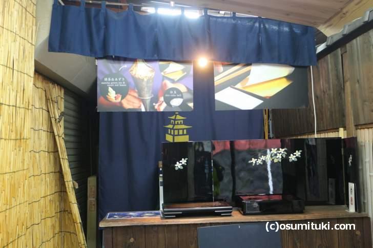 金閣そふと 店内は京間で二畳程度の広さです