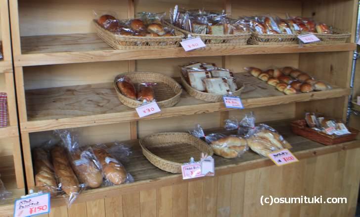 給食で食べるようなパンが30円~40円で売られています