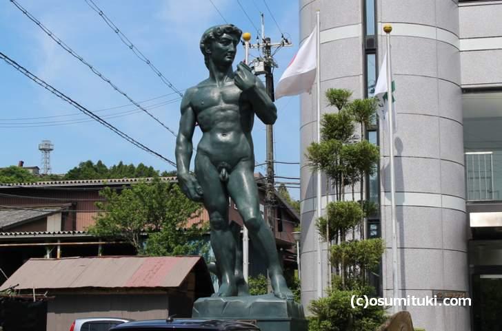 田舎に突如出現する「ダビデ像」