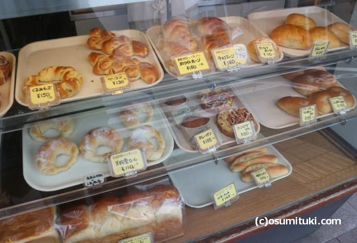 昔ながらのシンプルなパンが多いです