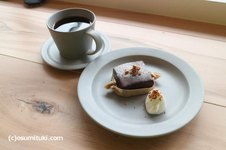 チョコレートブラウニーは甘く、スコーンは甘さ控えめでした
