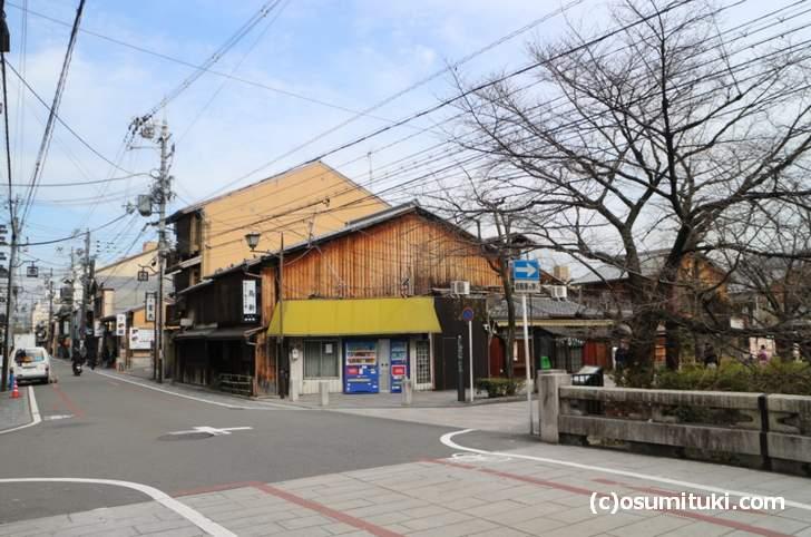 京都「縄手通」から祇園白川に入る所に「明治時代からある親子丼」のお店があります