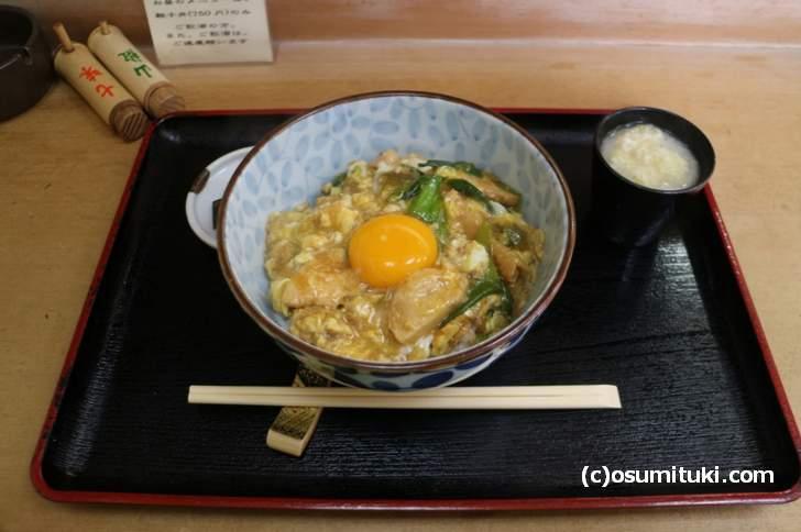 こちらが鳥新名物「名代 親子丼」750円