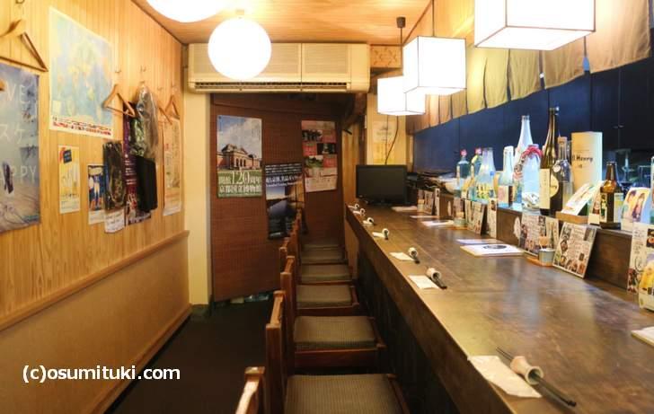 麺道楽大の店内、長いカウンターがあります