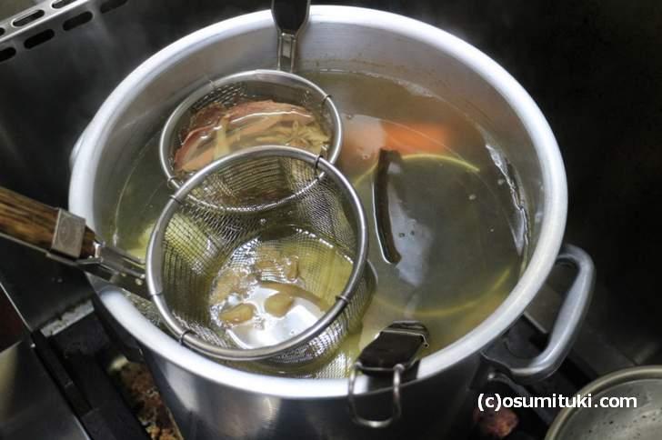 ベースのスープにはこだわり食材が大量に使われていました