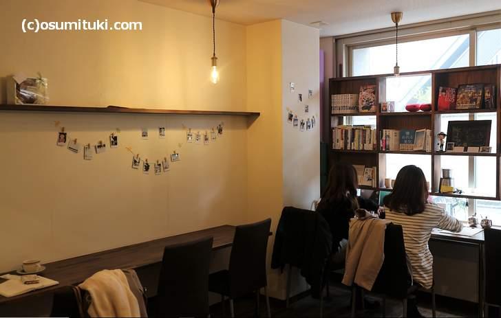本が並んでいる隠れ家的なカフェ「スナックキャンディ 京都店」