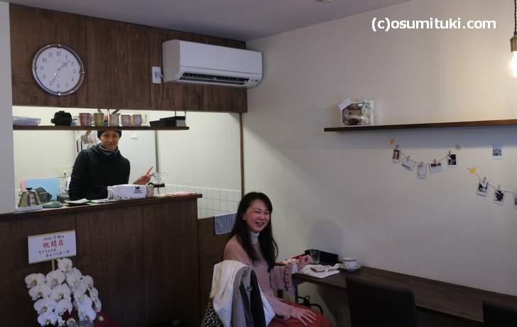 気さくなマスター「ぬまっち」さん(左)、お客さんでいた中大路薫さん