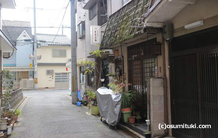 京都のとある裏路地、ここにある自販機ではあるモノが売られています
