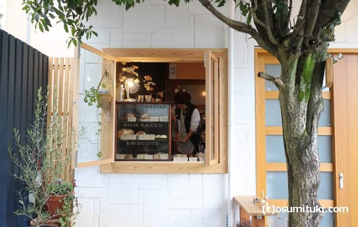 とてもステキな小窓で売られる天然酵母のパン屋さん