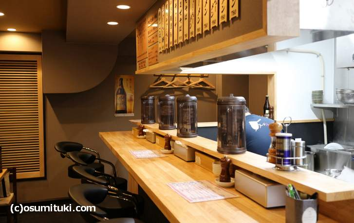 ミヤタヌードル 店舗はカウンター7席ほどと4人テーブル2卓ありました