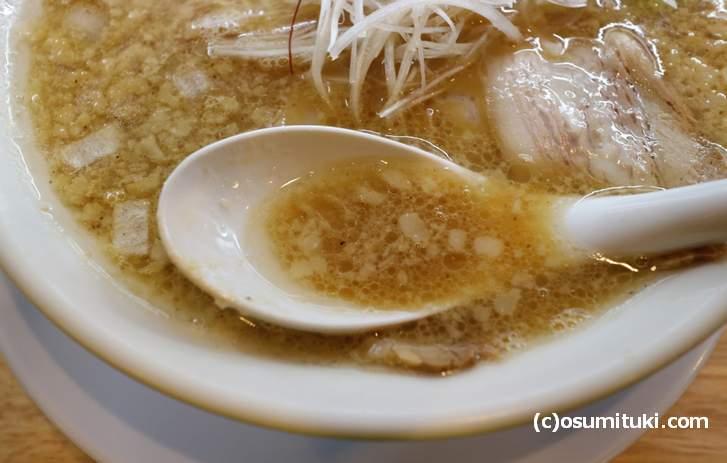 スープは白濁したコクのあるタイプ