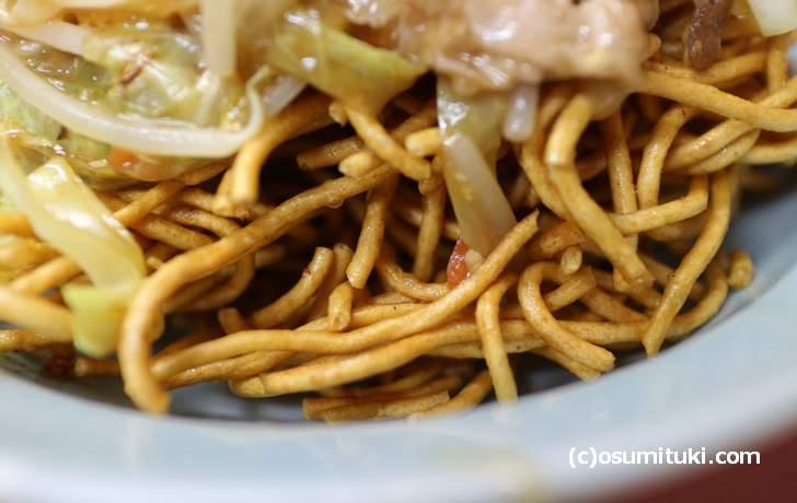 丼には、太麺の揚げ焼きそばがギッシリと詰め込んであります