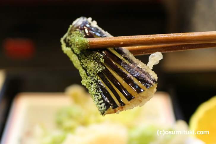 抹茶塩でナスの天ぷらをいただきます