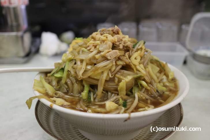 鞍馬口そば、中華野菜炒めが大量に盛られたラーメンです