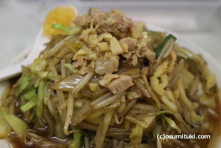 野菜炒めの上に細切れチャーシューが盛られています