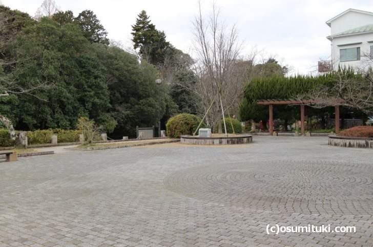 南郷公園、JR山陰本線「亀岡駅」からまっすぐ南へ行くとあります