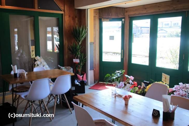 店内も明るく、前の畑を眺めながらカフェができます