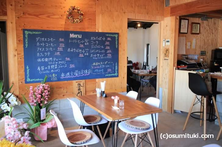 大きな部屋が2部屋ある広いカフェです