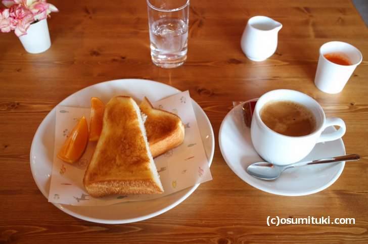 トーストセット(500円)は、ふわふわトーストとゴールデンコーヒーのセットです