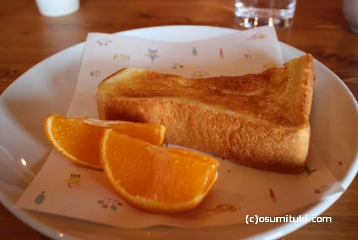 ふわふわトーストにオレンジ(パンは1個食べました)