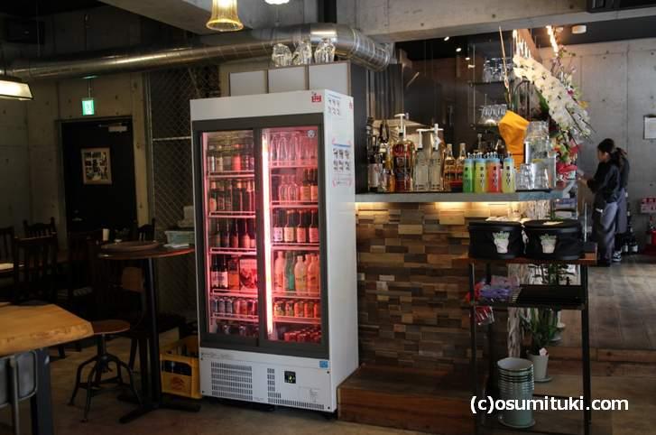 リキュール類が収納されている冷蔵庫もピンク色