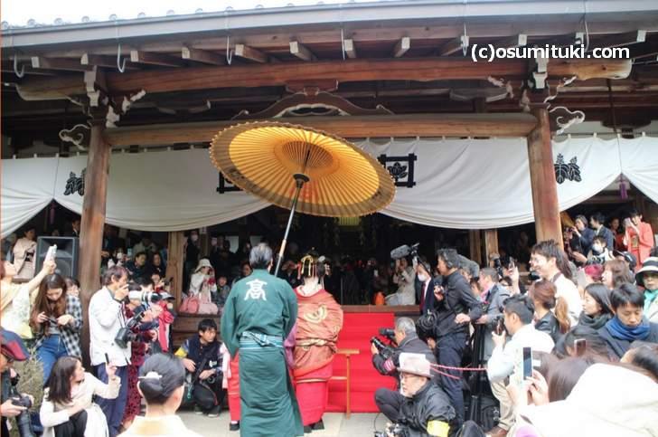 吉野太夫花供養はテレビ撮影なども来る鷹峯の一大イベントです