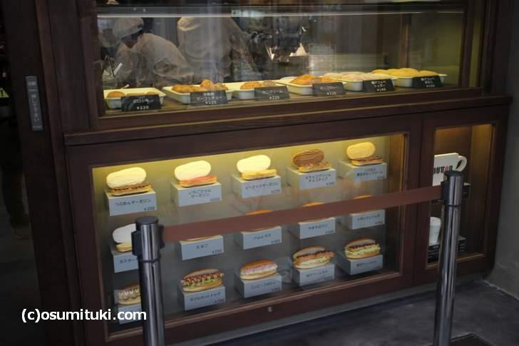 店頭にはなんの店かわかりやすいようにコッペパンが並んでいます