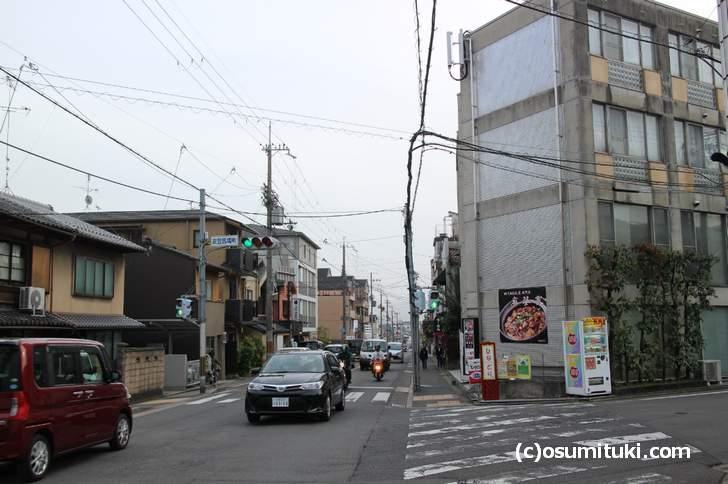 セブンイレブン 金閣寺前店は衣笠馬場町の交差点、北東角の立地です