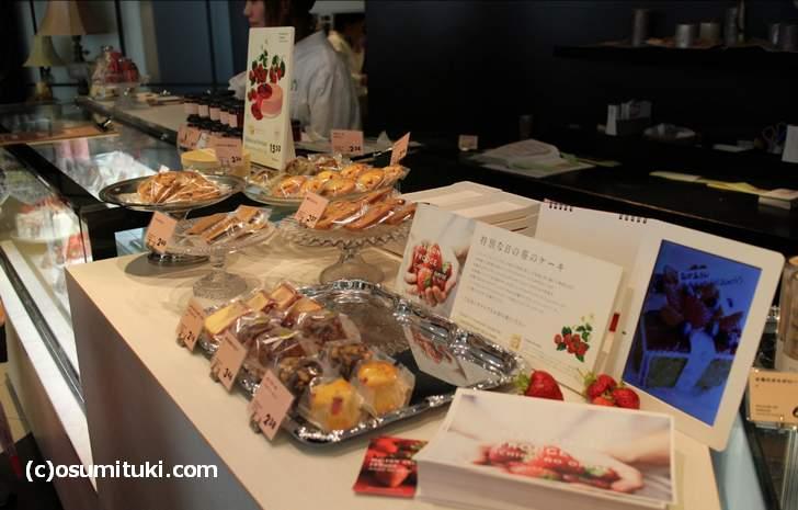 メゾン ド フルージュ 店内は一般的なケーキ屋さんに小さいカフェが併設されています