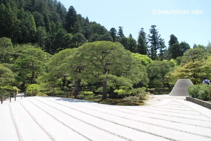 東求堂から見た「銀沙灘」、後ろの山は「月待山」で借景となっている