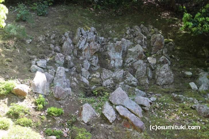 銀閣寺の「相君泉(そうくんせん)」背景に石組みがある