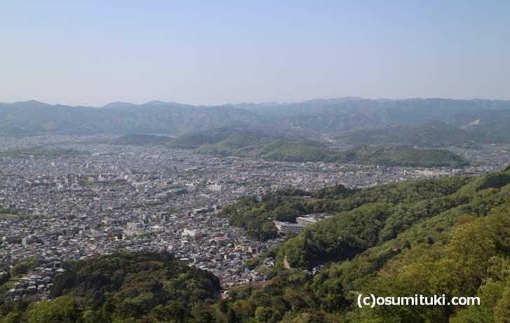 大文字山から見た東山、花折断層による断層崖が見えます