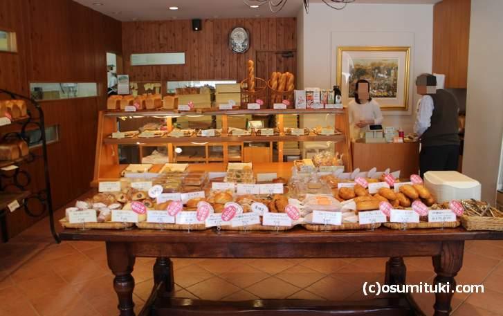店内にはやきたてパンがたくさん!