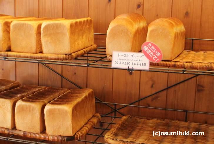 ハード系ではありませんが、表面がシッカリしたパンです