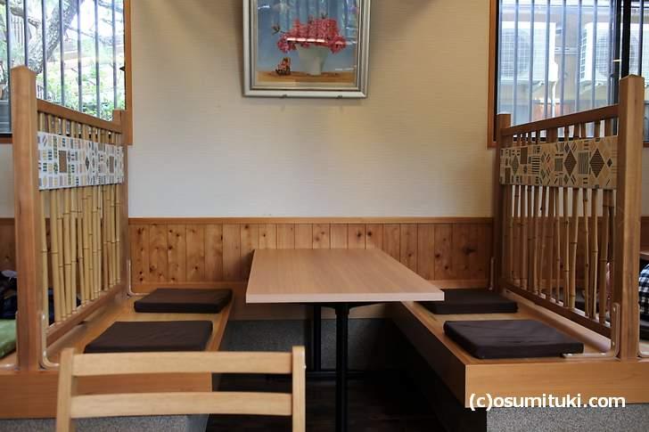 4人席は少し和風な感じのするテーブル席になっていました