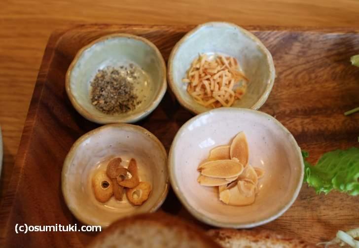 スープに入れるガーリックやピーナッツ、味変しながら食べられます