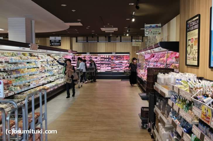 二階は生鮮食品や日用品などの生活雑貨フロアです