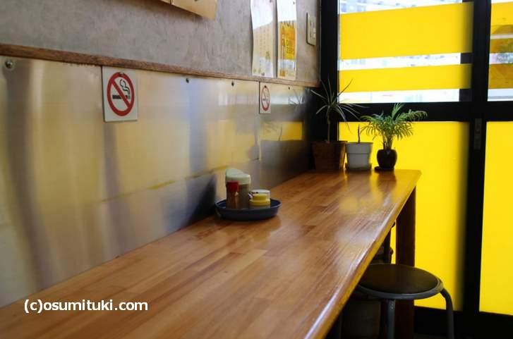 こじんまりとしたお店でカウンター数席とテーブル2卓で満席です