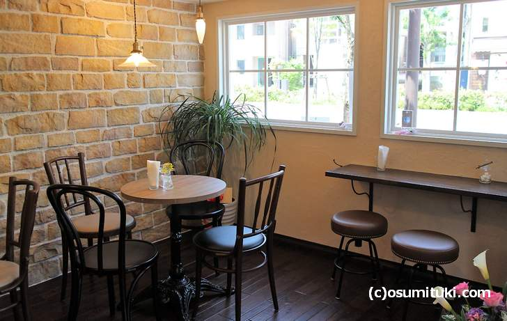 テーブルは3卓、窓際には小さなカウンターが3席