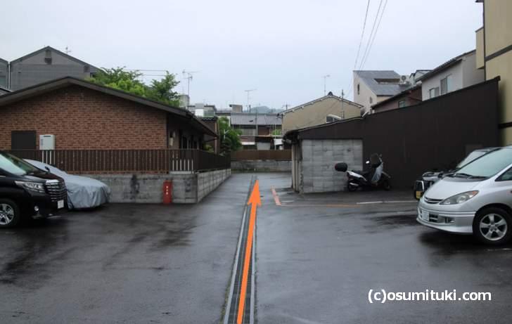 専用駐車場は隣の月極駐車場の奥です