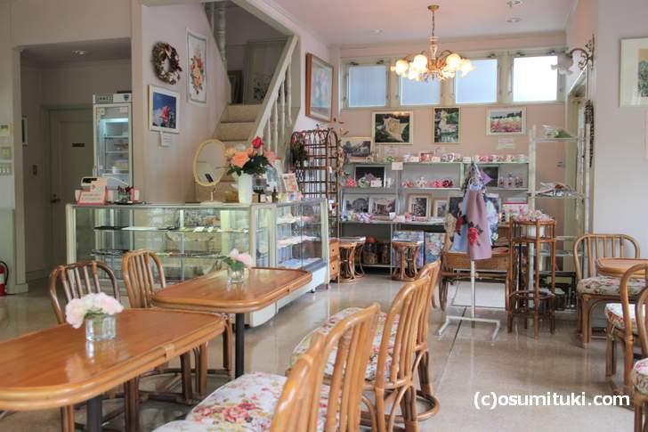 ばらCafe ラビアンローズでは、カップやハンカチなどのバラ雑貨もたくさん扱っていますばらCafe ラビアンローズでは、カップやハンカチなどのバラ雑貨もたくさん扱っています