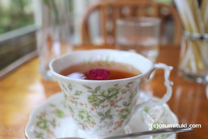 ローズティーもバラの花が浮かんでおり香り豊かです
