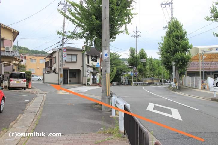 インターチェンジ右折からすぐ左折「醍醐道(府道118号)」へ入る