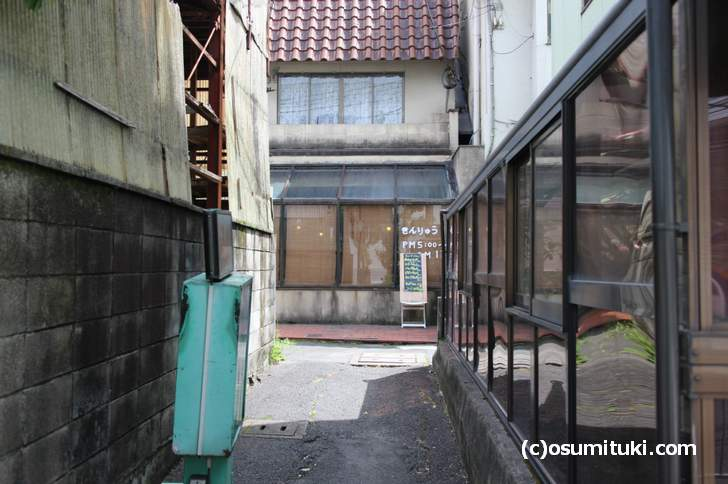 円町駅前の路地になにかお店があるのん!