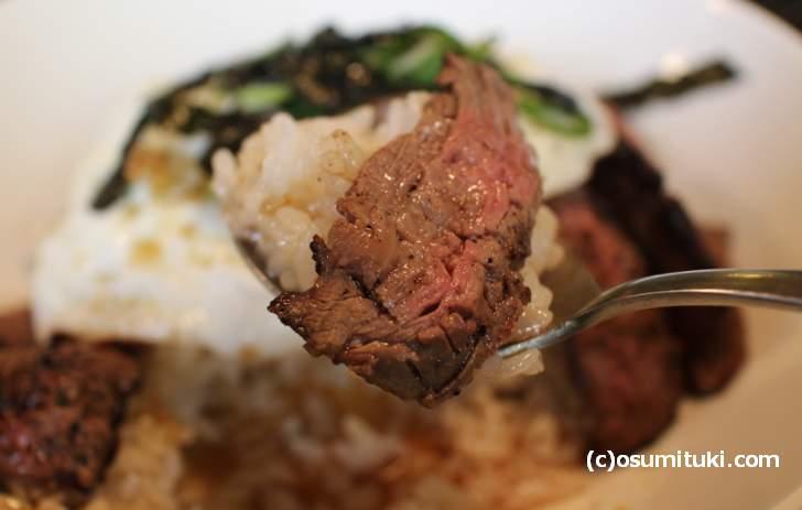 お肉はよく焼かれたものになっていました