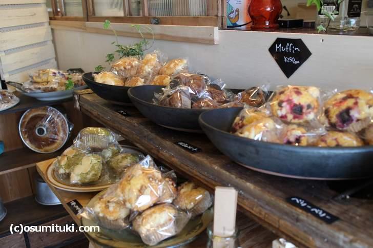 「シフォンケーキ、マフィン、スコーン、クランベールケーキ」が大きなお皿に盛られて売られていま
