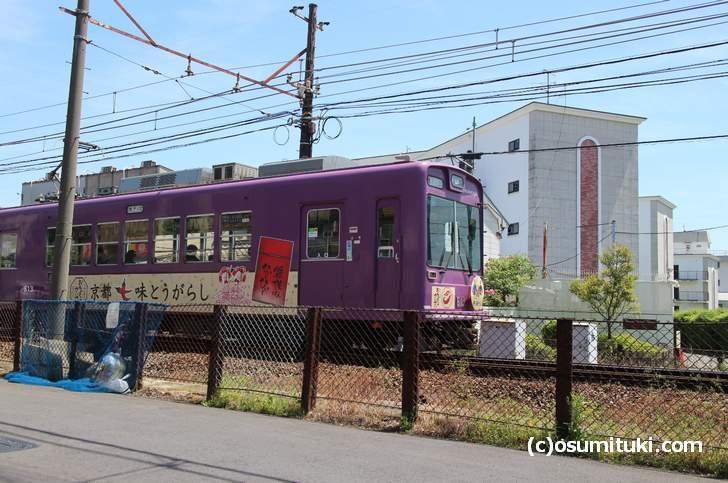 シフォンヌのすぐ隣を走る嵐電(京福)