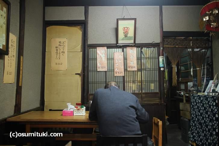 ノスタルジックな京都の大衆食堂、これはどこにあるのでしょうか?