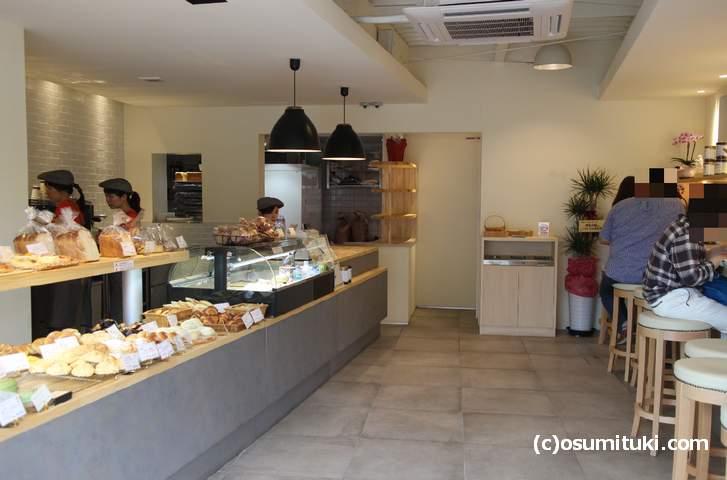 広めの店内、イートインでドリンクとパンを食べることができます