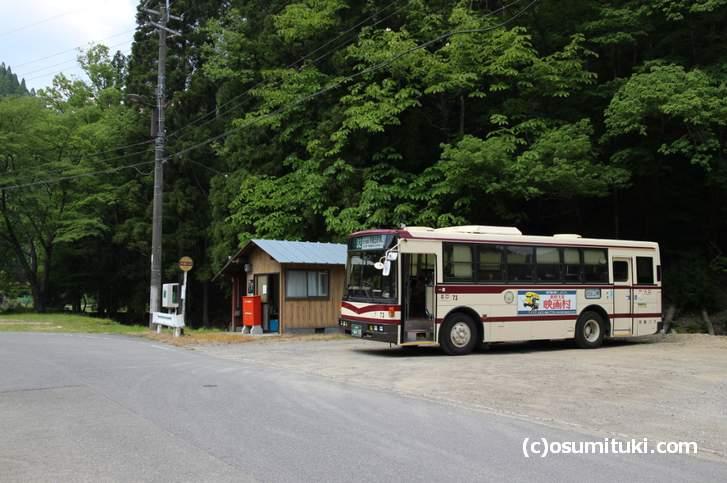 京都バス・花背線の終着「広河原バス停」で停車中の京都バス32系統